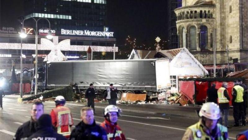 El camión detenido con los destrozos en el mercado callejero.