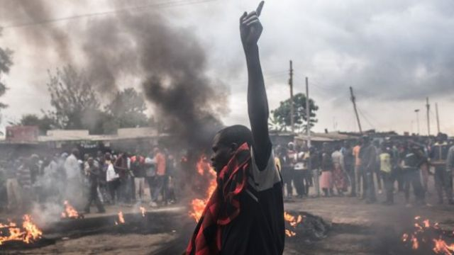 Taageerayaasha Mucaaradka NASA ayaa taayiro ku gubay xaafadda isku raranta ah ee Kibera iyagoo mudaaharaad dhigay 25kii Oktoobar