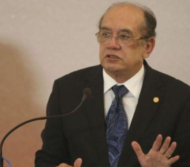 Ministro Gilmar Mendes discursa diante de um microfone