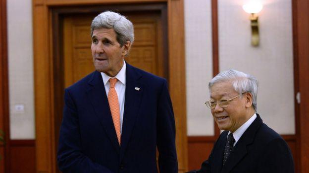 Ngoại trưởng John Kerry gặp Tổng bí thư Đảng Cộng sản Việt Nam Nguyễn Phú Trọng năm 2015 tại Hà Nội