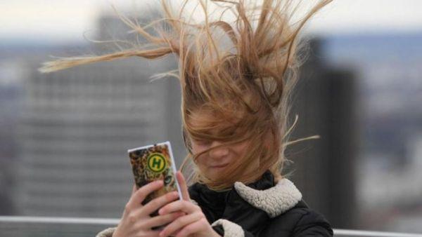 فتاة تلتقط صورة سيلفي لنفسها