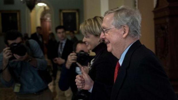 Lãnh đạo phe đa số Cộng hòa Mitch McConnell giúp thông qua dự luật