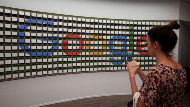 Mujer frente al logo de Google