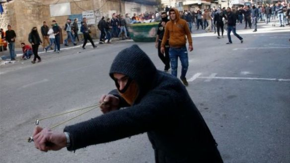 Palestinian aims a slingshot in Hebron (15/12/17)