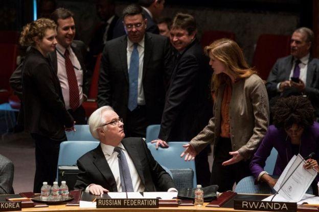 La embajadora estadounidense en la ONU, Samatha Power y su par ruso, Vitaly Churkin, en una reunión de la ONU en 2014.