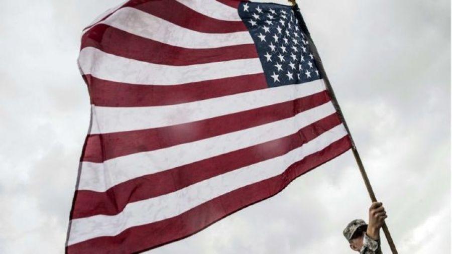 Soldado com bandeira dos EUA