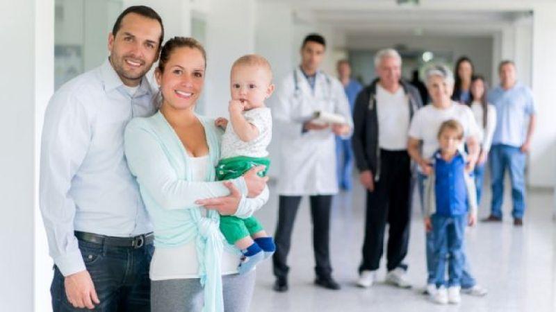 Personas de distintas edades en un hospital