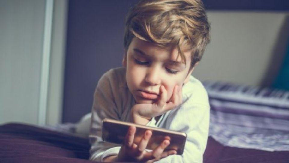 Menino olhando o celular