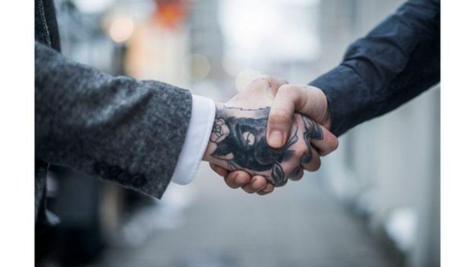 Mão tatuada