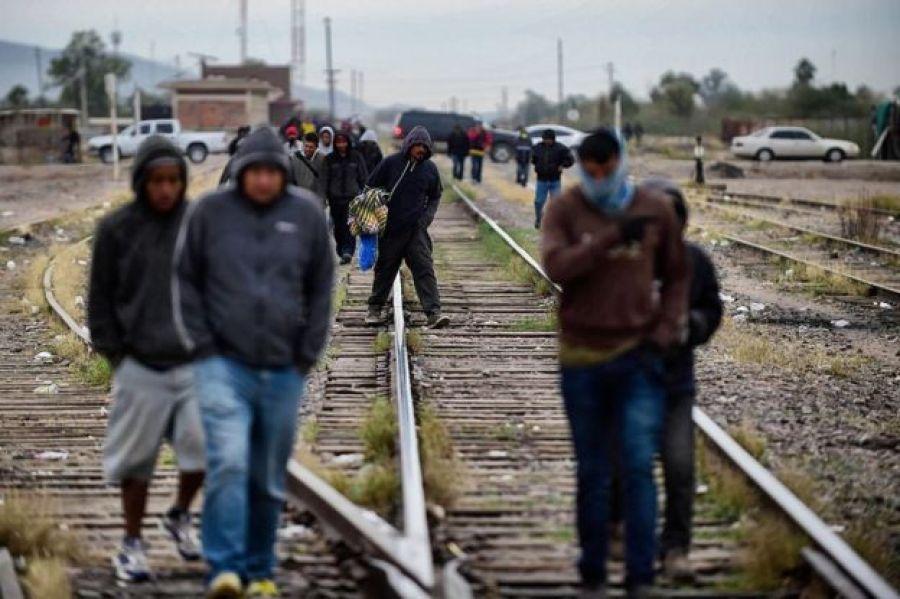 Migrantes sobre las vías del tren en México