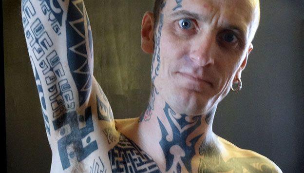 Phil Cummins mostrando tatuagem de suástica