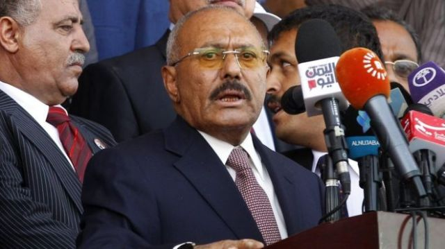 File photo showing Yemen's ex-president Ali Abdullah Saleh (R) delivers a speech in Sanaa, Yemen (24 August 2017)