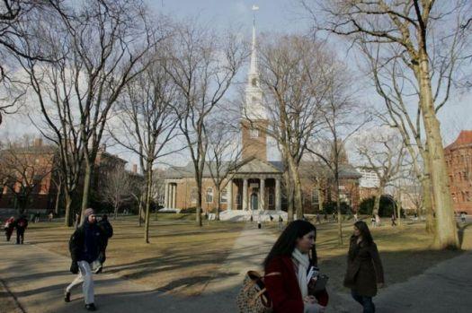 Estudantes caminham pelo campus de Harvard