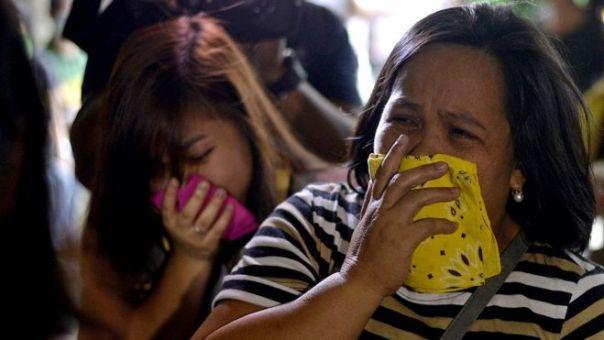 Mujer con un pañuelo en la boca en Filipinas