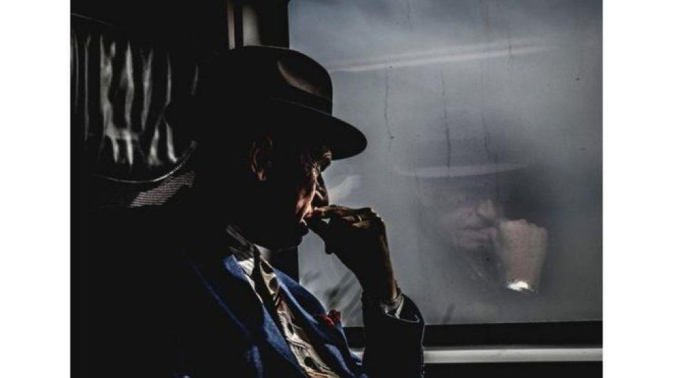 انعكاس صورة رجل في شباك القطار