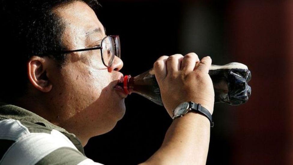 diyet kola içen bir adam