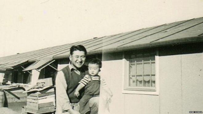 Mike Honda e seu pai em campo de concentração