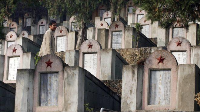 Một người Trung Quốc đi thăm Nghĩa trang Tử sĩ của Trung Quốc những người đã chết trong cuộc chiến tranh biên giới với Việt Nam, cuộc chiến đã cướp đi sinh mạng của hàng chục ngàn người lính trẻ từ cả hai nước và cho tới nay một bức màn bí ẩn vẫn bao phủ cuộc xung đột này và không bao giờ được giải thích rõ ràng với công chúng. Ảnh chụp ngày 22/2/2007.