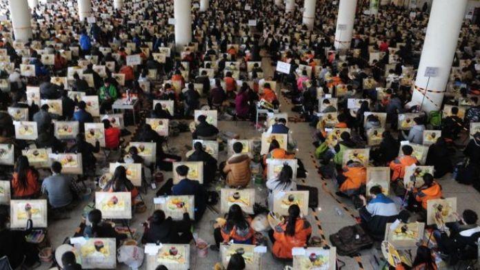 Cerca de 7.000 estudiantes toman el examen de admisión de arte en el Centro de Exposiciones y Convenciones de Shungeng, en Jinan.
