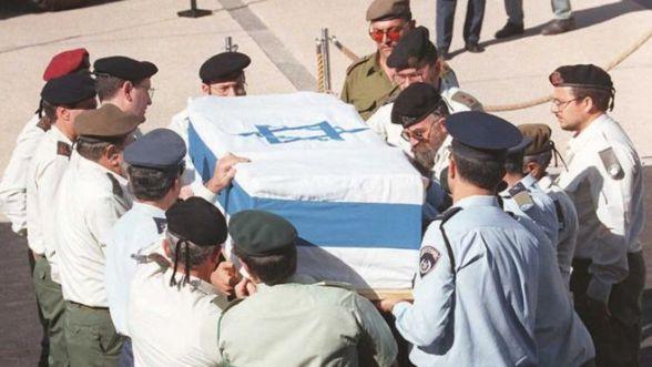 Generałowie armii izraelskiej noszą trumnę zamordowanego premiera Icchaka Rabina przed izraelskim Knesetem (parlament) w Jerozolimie (5 listopada 1995 r.)