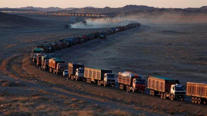 Fila de camiones