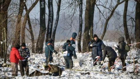 モスクワ近郊の墜落現場を捜索するロシア非常事態省(12日、ロシア・ラメンスキー)