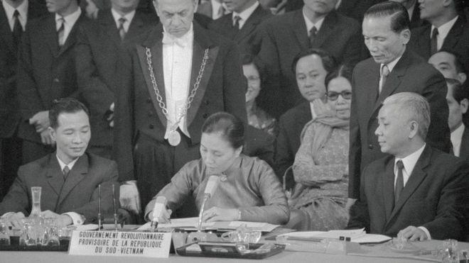 Bà Nguyễn Thị Bình ký văn bản Hiệp định Paris 1973 trong cương vị Bộ trưởng Ngoại giao CP CMLT Nam Việt Nam