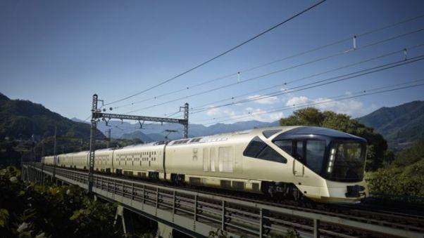 Shiki-shima lüks treninin dıştan görünümü