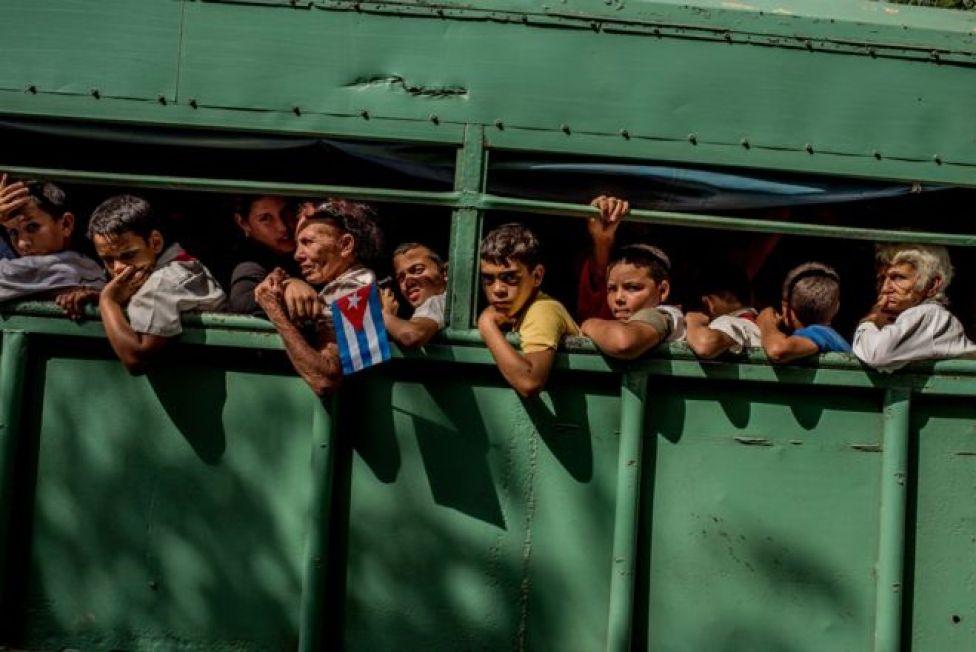 شاحنة تُقل طلابا إلى منازلهم