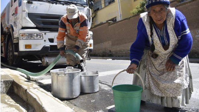 Los adultos mayores son uno de los grupos más vulnerables a la crisis del agua.