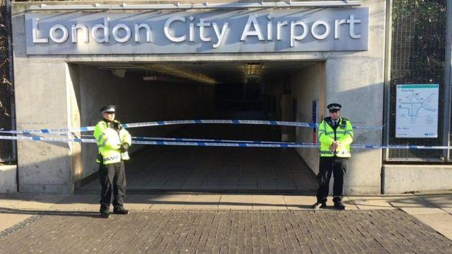 اثنان من رجال الشرطة أمام بوابة المطار
