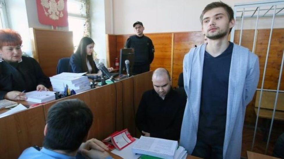 Ruslan Sokolovsky (sağda) mahkemede suçsuz olduğunu savundu