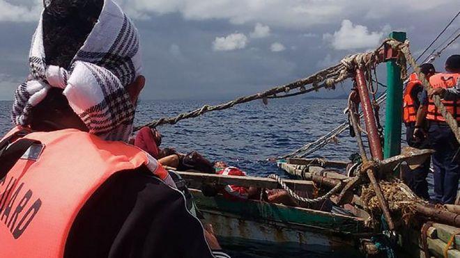 Ảnh chụp không rõ ngày nhưng nhận được hôm 10/1/2017 cho thấy lực lượng duyên hải Philippines đang kiểm trả một thuyền đánh cá