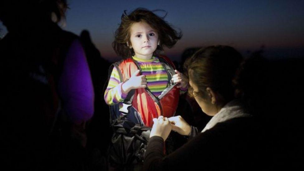 Kos adasına giden göçmenler arasındakki bir çocuk