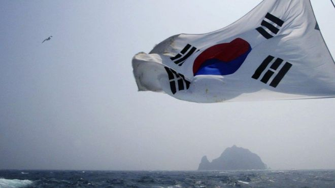 Cờ Hàn tung bay trên nền đảo Dokdo hay Takeshima trong tiếng Nhật ở vùng Hàn Quốc gọi là Đông Hải