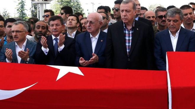 Turkish President Recep Tayyip Erdogan (2nd right) and other serving and former officials pray near the coffins of victims who were killed in coup attempt (17/07/2016)