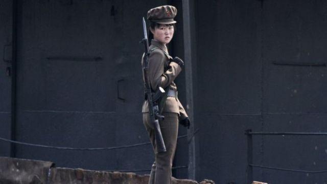 Una soldado norcoreana a orillas del río Yalu en 2014.