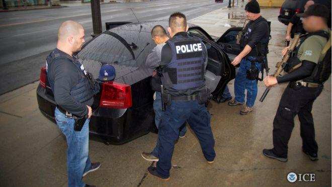 Agentes de Inmigración detienen a un sospechoso.