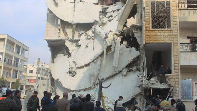 Pessoas inspecionar um local atingido por ativistas disseram que eram ataques aéreos russos em Idlib.  Foto: dezembro 2015