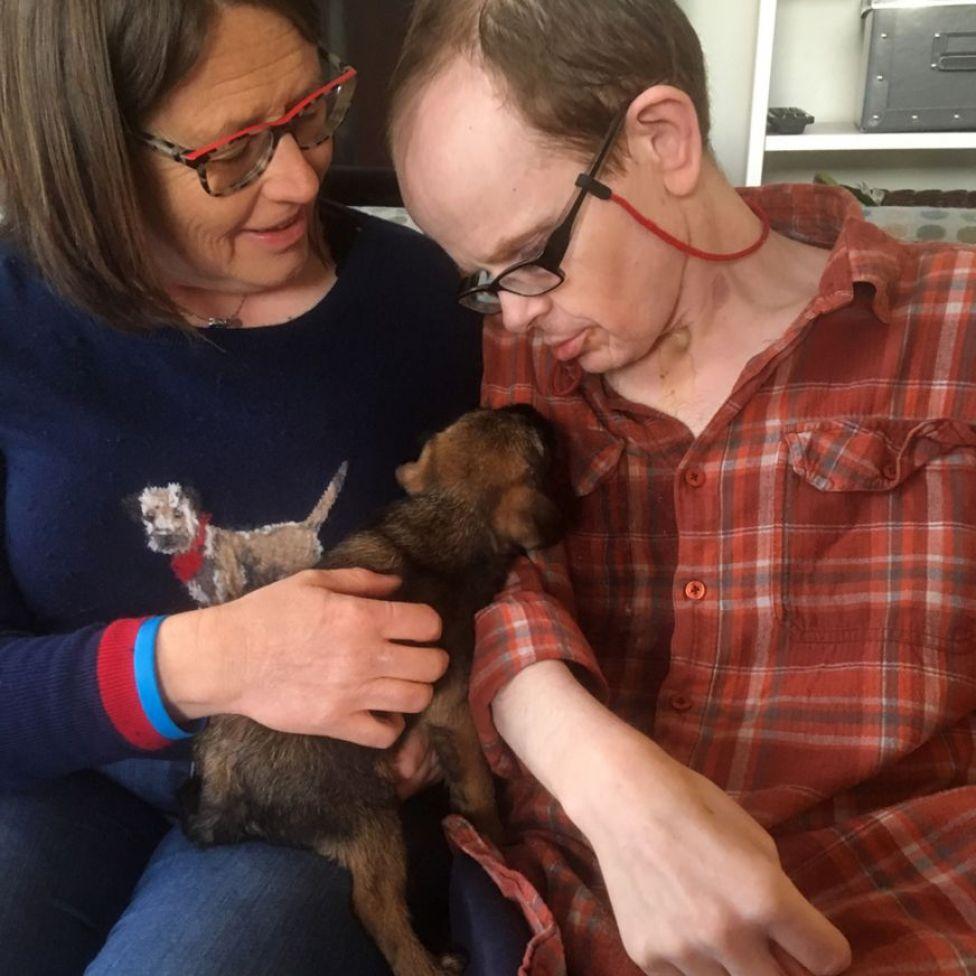Jackie y Mark Harrison con el cachorrito