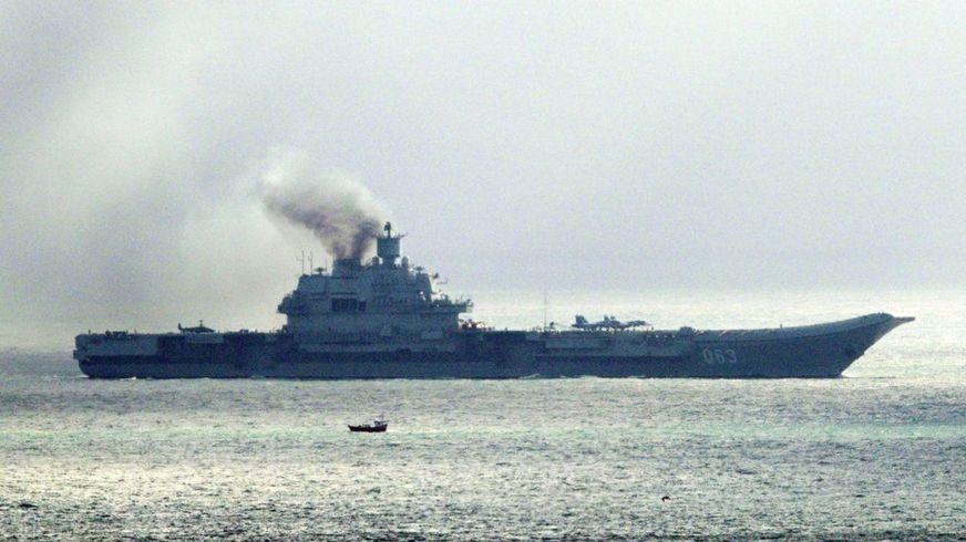 Hàng không mẫu hạm Đô đốc Kuznetsov nhả khói mù mịt