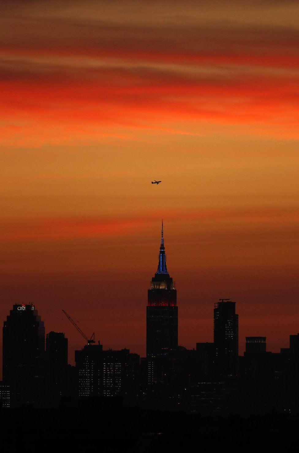Die Skyline von New York wird von der US Open Tennisturnier nach Sonnenuntergang gesehen.