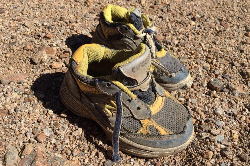 Un par de zapatillas de niño encontradas entre los restos del avión. Futrell/Stoner