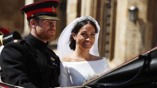 El príncipe Harry y Meghan Markle en un carruaje tras la ceremonia.
