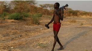 Un hombre portando un arma de fuego