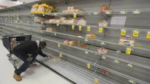 Estanterías vacías de un supermercado.