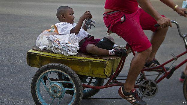 Niño cubano en bicicleta
