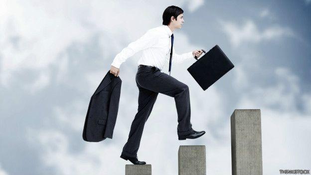 Un ejecutivo sube una escalera que simboliza su carrera