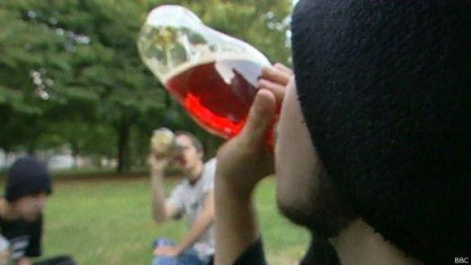 Jovens consumindo bebida alcóolica (BBC)