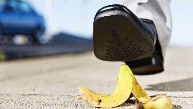 Una persona a punto de pisar una cáscara de banana